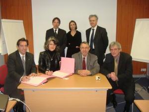 De gauche à droite au premier plan, Serge AUBAILLY, Président de l'Ordre des Experts Comptables, Véronique De Magy, Vice-Présidente d'AGEFOS PME CENTRE,Jean CHAZALON, Président d'AGEFOS PME CENTRE,Olivier NIOCHE, Vice-Président de l'Ordre des Experts Comptables et responsable de la communication. En arrière plan, de gauche à droite, Normand LALONDE, Directeur d'AGEFOS PME CENTRE,Judith BORDA, Conseillère en formation à AGEFOS PME CENTRE, pour le département du Loiret,Bernard BREZAULT, Vice-Président de l'Ordre des Experts Comptables